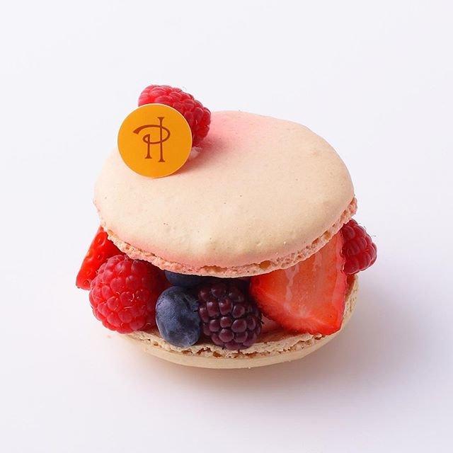 """Pierre Hermé Paris - Japon on Instagram: """"マカロンを使ったガトー「ルビー」をご紹介🍓 マカロン生地のかりかりとした歯触りのあとに、ふわっとした食感が、そしてレッドフルーツのコンポートが現れます😋 フレッシュフルーツの甘酸っぱさが、まるでジャムのような柔らかな味わいのコンポートと混ざり合います✨ - #ピエールエルメ…"""" (91723)"""