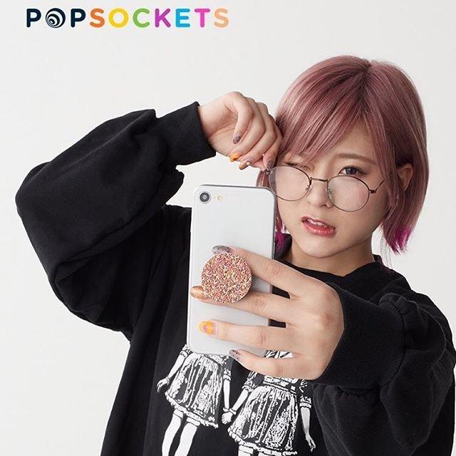 """@popsockets_jp_official on Instagram: """"【ポップソケッツ日本公式ブランドサイト】  大人気YouTuber こなんさんが、目まぐるしく変わるGIF画像はもうご覧になりましたか? その中からオススメの1枚をピックアップしました♪  めがねがキュートなこなんさんが持つのは、キラキラスパンコールが可愛らしいPG…"""" (95095)"""