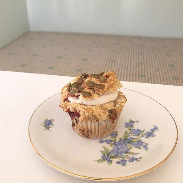 "GO! MUFFINS GO![maiko amemiya] on Instagram: ""今日は数年ぶりくらいにクリームサンドのマフィンがあります🍓 日曜のマフィンは下記の通りです。  #veganmuffins for sunday  ダークチョコ&バナナ りんご&ラズベリー 金柑&ブルーベリー 洋梨&カルダモン クリームサンドマフィン(バナナ&いちご)…"" (95224)"