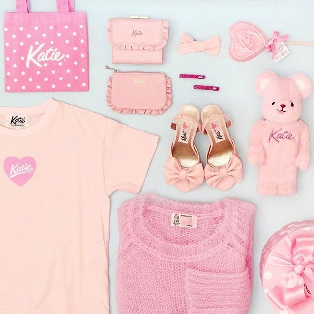 """Katie®︎ Official Instagram on Instagram: """"💗PINK without Compromise💗   HEART LOGO tee ¥6,900 FRILL compact wallet ¥11,000 FRILL mini pouch ¥4,900 LINEN RIBBON barrette ¥3,800…"""" (95559)"""