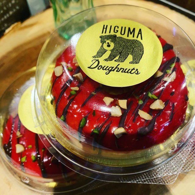 """HIGUMA Doughnuts on Instagram: """"ヒグマのバレンタインあるよー🐻❗️ 自家製のラズベリーソースにヴァローナのちょっとビターなチョコが合うんだこれが。 バレンタインという理由で、自分向けに買ってく人多数です😆 明日まで!お待ちしてまーす🐻👍 #バレンタイン #valentine #valentineday…"""" (96895)"""