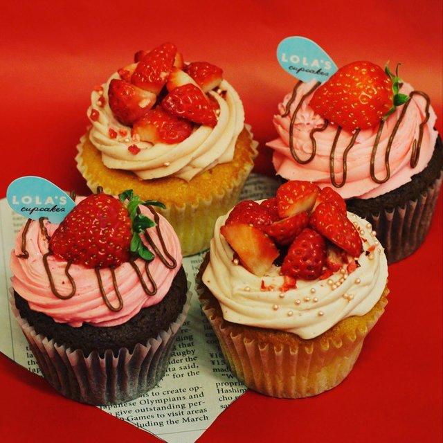 """LOLA'S Cupcakes Tokyo on Instagram: """"舞浜イクスピアリのストロベリーフェア🍓今日まで2階に出店してます。いつものとは違う、苺の🍓バージョンアップカップケーキです!#ローラズカップケーキ  #ローラズカップケーキ舞浜イクスピアリ  #ローラズカップケーキ原宿  #ストロベリーチーズケーキ  #舞浜イクスピアリ"""" (97972)"""