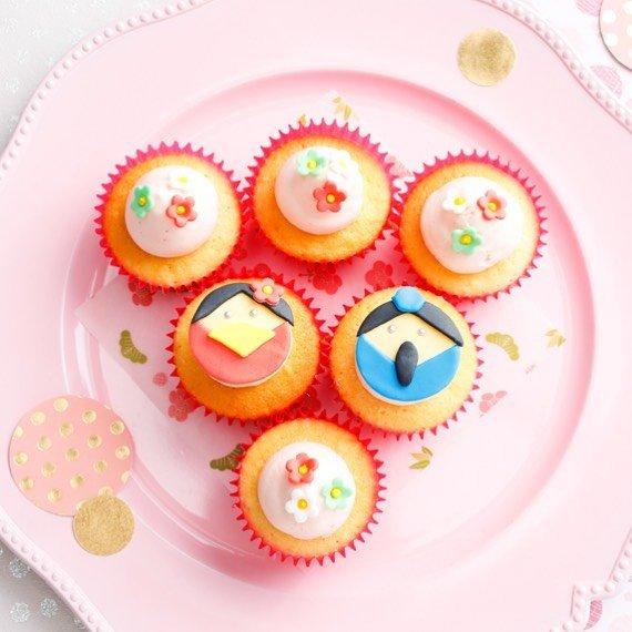 """Bellas Cupcakes on Instagram: """"🧁🌸ひなまつりカップケーキ🌸🧁 女の子の健やかな成長を願うひな祭りセット。バニラケーキにピンクバタークリーム。手作りのお内裏様とお雛様と花びらのシュガークラフトで華やかです。桃の節句を彩る、桜や桃の花と一緒にコーディネートしてはいかがでしょうか。…"""" (97979)"""