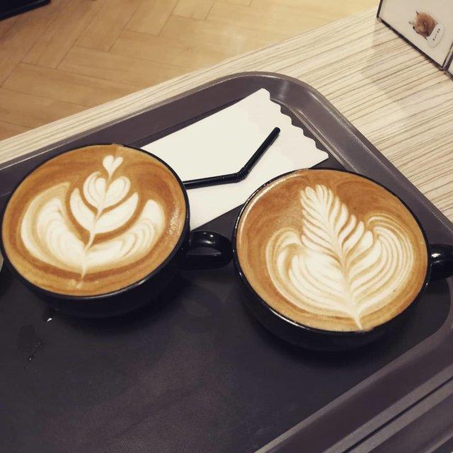 """Caesar Cafe on Instagram: """"Latte art at caesar cafe!  #カイサルカフェ ☕️ #ラッテアート #latteart #latteartgram #caffelatte #cappuccinoart #latteartist #caffe #caffeart #coffee…"""" (98150)"""