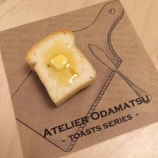 【odamatsu】本物のパンでできた!はちみつたっぷりハニーバタートーストのブローチ (6015)