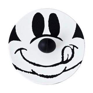ミッキーの鼻がつまみになっているカップカバー。一面に描...