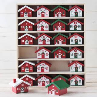 木製の枠に1から24までの数字が描かれた小さな家が入っ...
