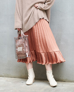 秋カラーのプリーツスカート。裾の部分がフレアになっ...