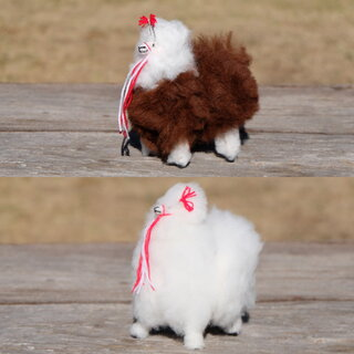 ペルーの高地に住むアルパカの毛でできたぬいぐるみです。...