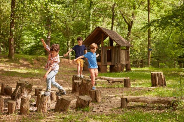 お友達と森の木の切り株に遊んで