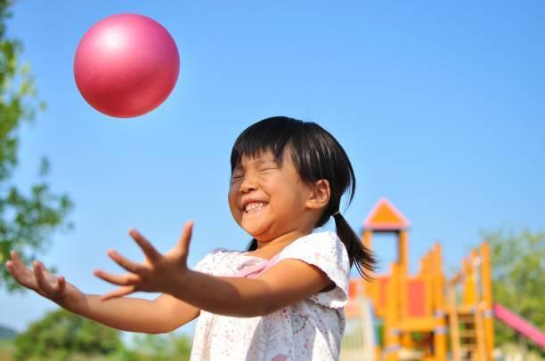 女子は、ボールで遊ぶ