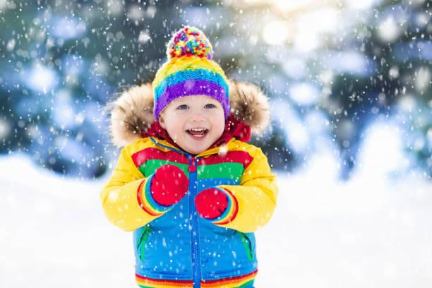 冬に雪と遊ぶ子供。屋外の子供たち。