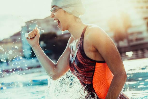 興奮して勝利を祝っての女子水泳選手