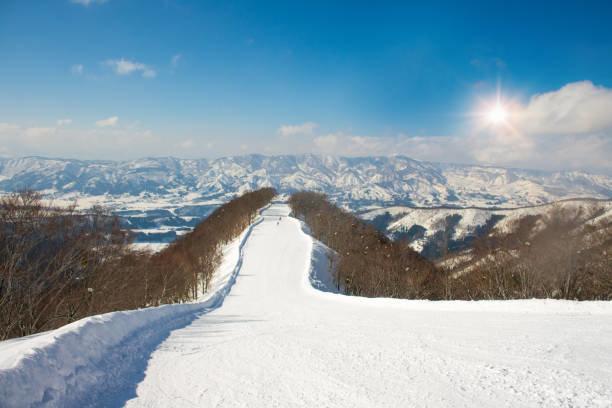 冬の野沢温泉の風景と山の眺望、長野、日本。