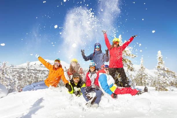 幸せなスキーヤーとスノーボーダーの冬の休暇