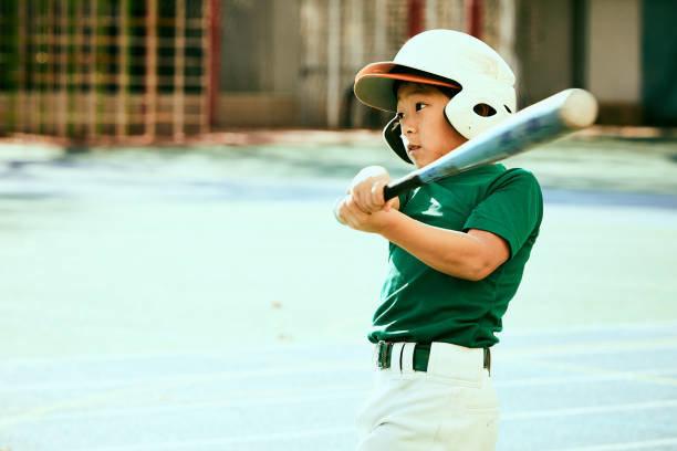 Kids (8-9) swinging basebal...
