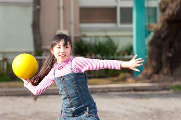 小学生女の子遊ぶドッジボール