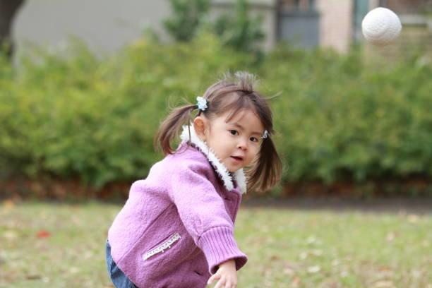 日本の女の子 (3 歳) キャッチ ボール
