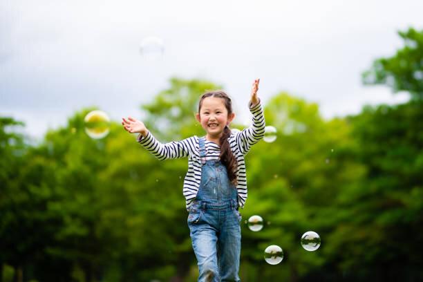 石鹸の泡で遊んでいる女の子