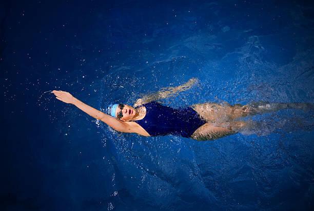 若い女性の水泳