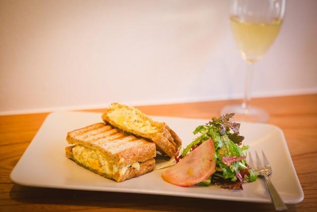 最高の卵とパンで作られたエッグサンドウィッチ