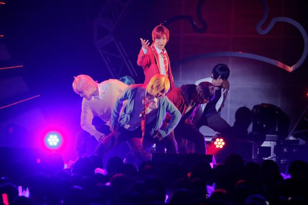 """舞台『おそ松さん』F6ライブツアー開幕! 6000人が熱狂した""""BL""""な6人のショータイム!"""