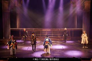 6月2日に初日を迎えた舞台『刀剣乱舞』悲伝 結いの目の不如帰。その注目度の高さを示すように、数多くの取材陣、関係者を集め、6月1日、公開ゲネプロ&囲み会見が行われました。三日月宗近役の鈴木拡樹さんを始め、山姥切国広役の荒牧慶彦さんら、刀剣男士が一同に会したその模様をレポートします。