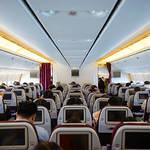 女性必見!飛行機内を快適に過ごすための服装&持ち込みたいアイテム