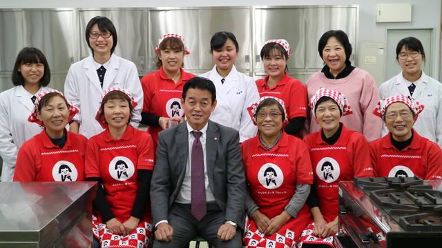炊き出しをした女性部員と食物科の学生ら