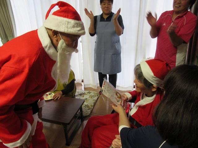 「は~とらいふ船引」サンタさんからプレゼントをもらう利用者