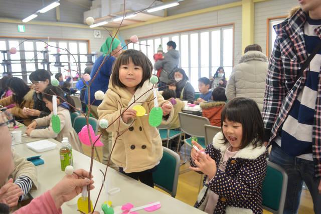 正月飾りを作る参加者