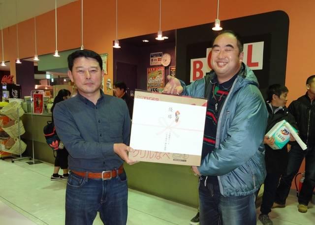 入賞者に賞品を手渡す山野邉委員長(左)