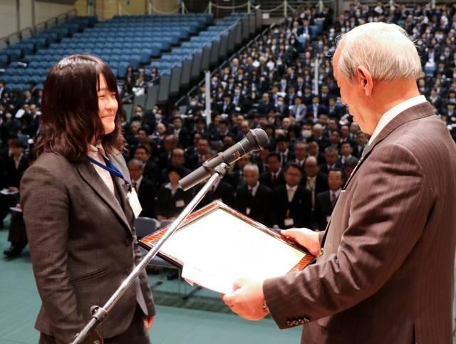 結城組合長から賞状を受ける官野由佳さん