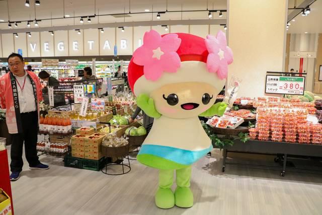 15日はグランドオープンを記念して、JAのイメージキャラクター「さくらちゃん」も登場しました!