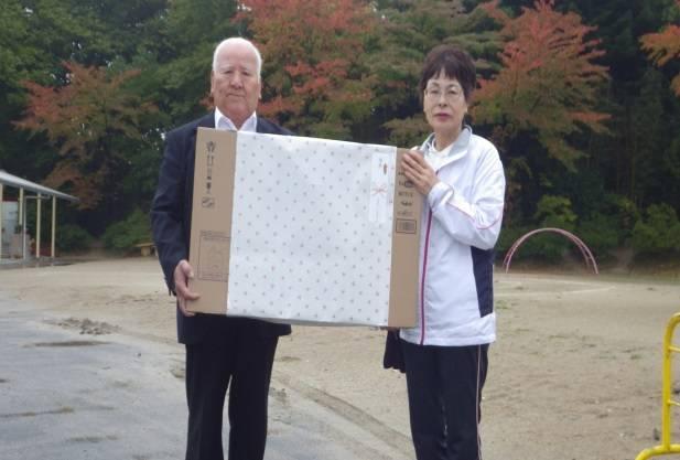 女性の部優勝に輝いた小林さん(右)に記念品を手渡す三輪会長(左)
