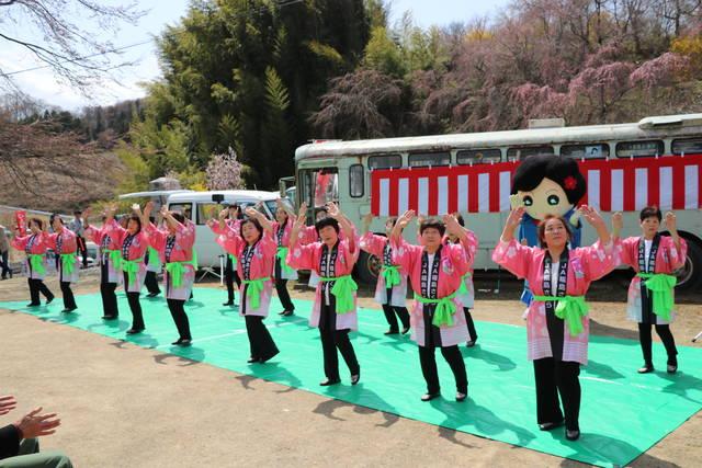 踊りを披露するNGB99と「西田うめ子さん」
