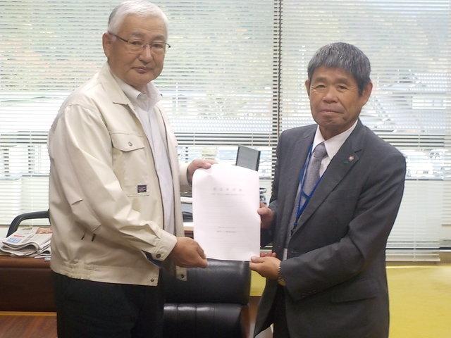 篠木葛尾村長(左)