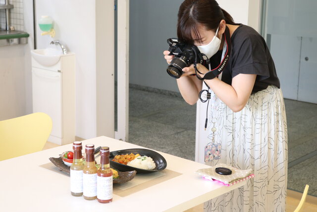 NHK広報担当者がお料理の写真撮り