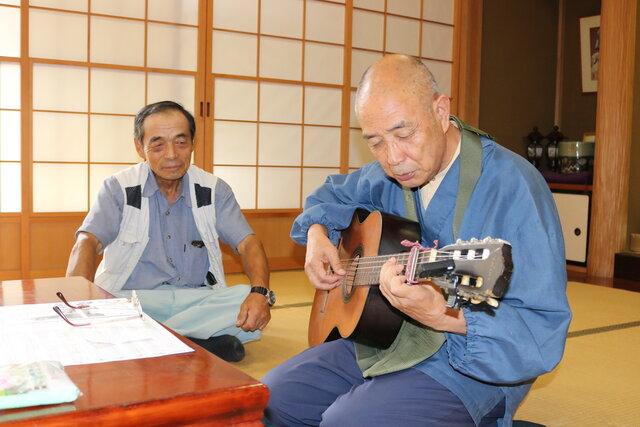 歌を披露する土田住職