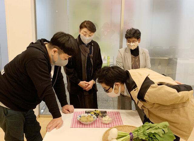『ぺんぎんナッツ』さんに料理を説明する佐藤さん