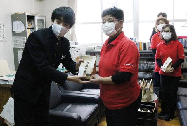 橋本孝子支部長から生徒代表に手渡しました。