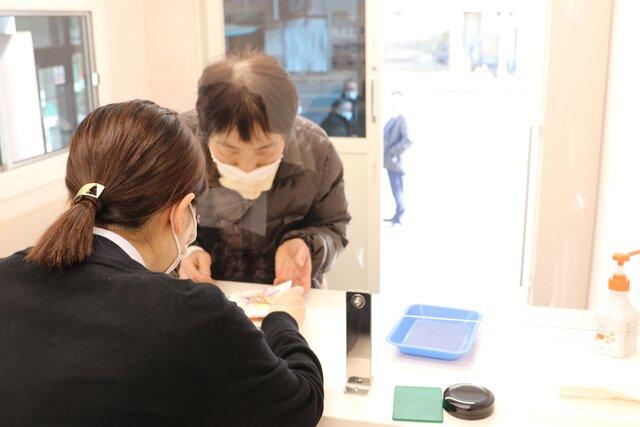 さくらちゃん号で手続きを行うご来店者。