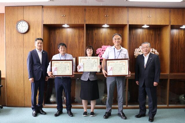 右から柳沼常務、斎藤センター長、大和田職員、増子センター長、服部本部長