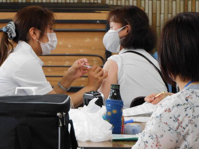 ワクチン接種を受ける職員