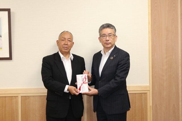奨励金を受け取る坂本会長(右)と管野組合長(左)