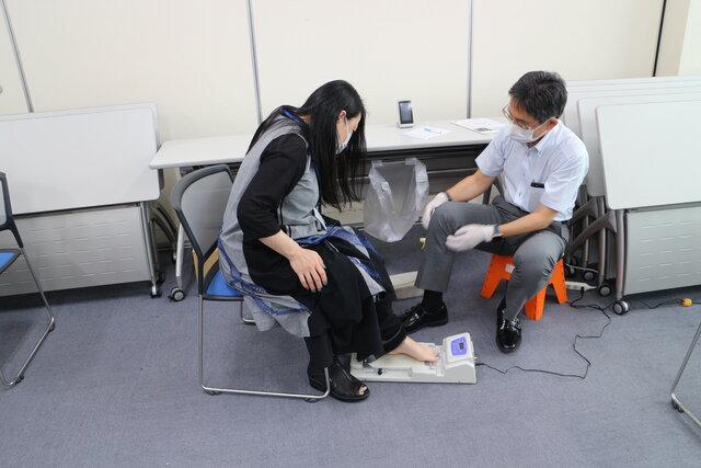 足指筋力測定の様子