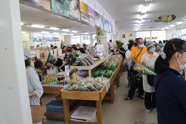 野菜や切り花を買い求める来店者