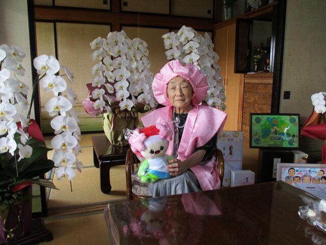 100歳を迎え表彰された志賀八重さん