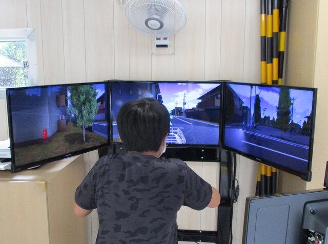 自転車のシミュレーションを体験する児童