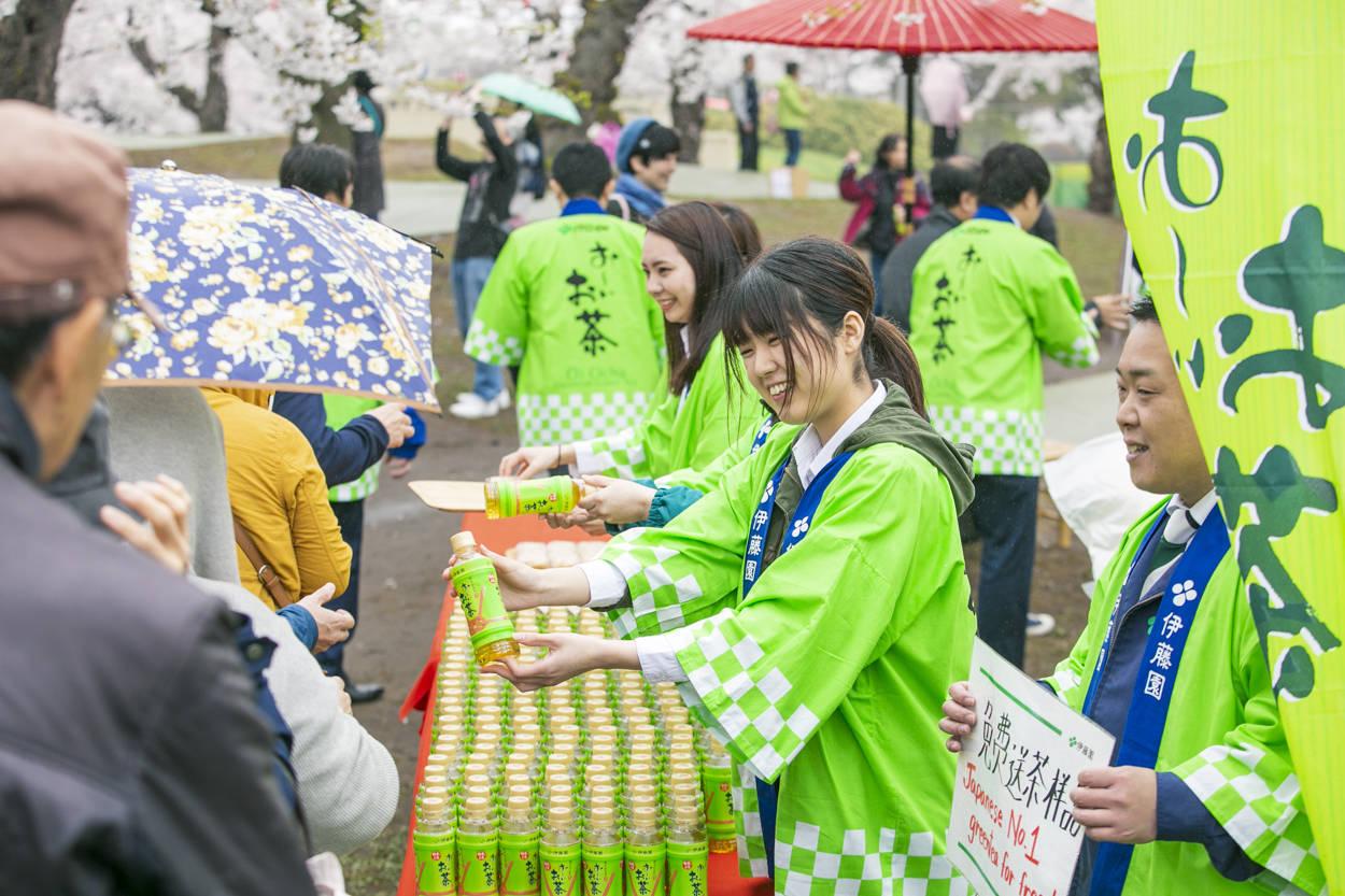 令和元年の初日に、平成元年生まれの「お~いお茶」が感謝をこめて 北海道函館・五稜郭で桜のもと、令和元年記念ボトル「お~いお茶」を社員が手渡し配布